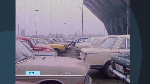 Mehrere Autos sind nebeneinander geparkt.
